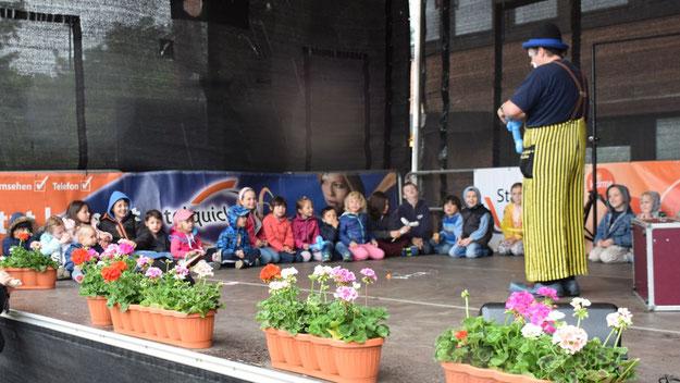Clow Mücker verzauberte die Kinder auf der Bühne.