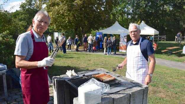 Die Rotarier Ingo Klemke und Paul Rauch sorgten am Grill dafür, dass beim Treffen nach dem offiziellen Teil kein Besucher hungern musste.