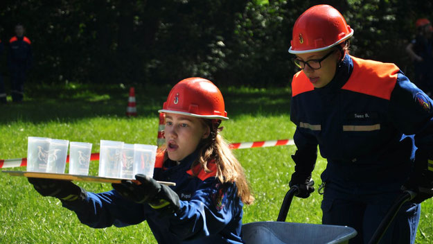 Die Jugendfeuerwehr Bönningstedt bei einem Geschicklichkeitsspiel (Foto: Feuerwehr)