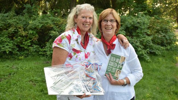 Als Dankeschön für das Sponsoring des Feuerwerks konnten Kirsten Brugger und Margit Rodowski als Repräsentantinnen der Sparkasse Südholstein Eintrittskarten für die städtischen Veranstaltungen während des Eulenfeste entgegennehmen.