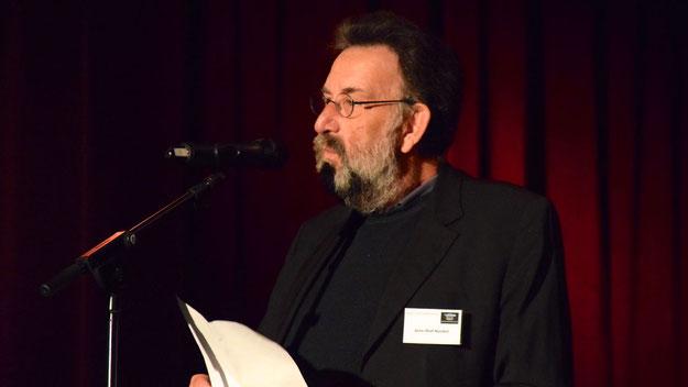 """Jens-Olaf Nuckel, Vorsitzender des Fördervereins Henri-Goldstein-Haus begrüßte die Zuschauer mit Gedanken zum Thema """"Anstand"""""""