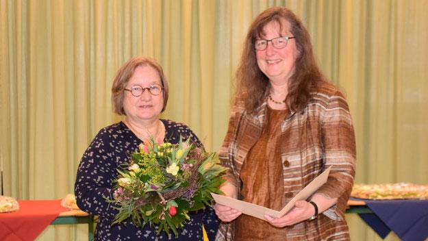Schulrätin Claudia Schuldt überreichte neben der Ernennungsurkunde einen Blumenstrauß und Fachbücher.