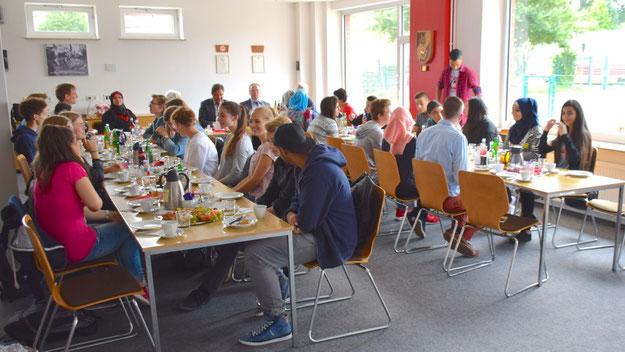 Mit einem gemeinsamen Frühstück starteten die Teilnehmer das umfangreiche Austauschprogramm.