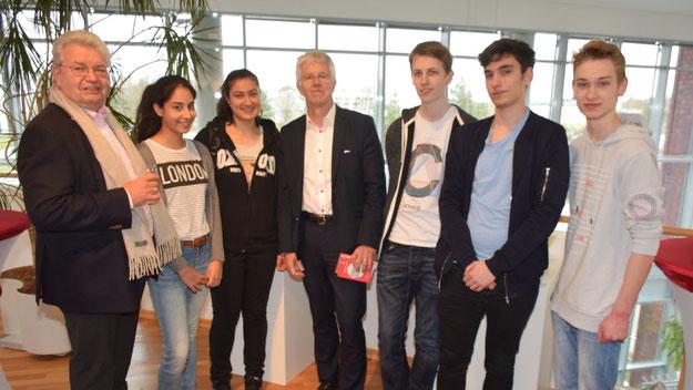 Einige Schüler des Elsensee-Gymnasiums waren der Einladung des Rotary-Mitgliedes Rüdiger Lang (l.) zur Veranstaltung mit Prof. Straubhaar gefolgt.