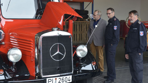 Bürgervorsteher Henning Meyn nahm sich sehr viel Zeit, um sich über die Arbeit der Feuerwehr zu informieren.