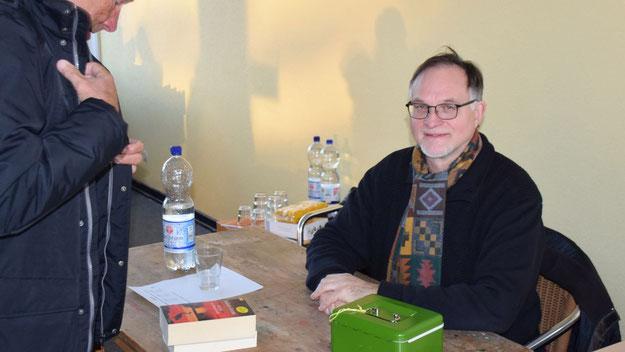 Gerhard Teepe (SPD) hier einmal nicht als Ortspolitiker, sondern als Kassierer für die Spenden des Bücherflohmarktes.