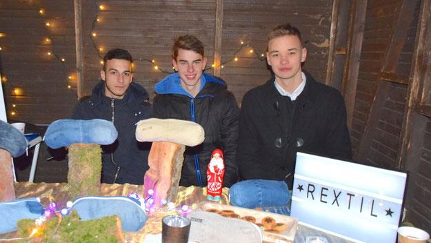 """Die Elsensee-Schüler Alexandros Vidakis und die beiden Geschäftsführer Matthis Gerloft und Michael Maier präsentierten die Erzeugnisse ihrer Schülerfirma """"Rextil"""": Taschen aus recycelten (Jeans-)Stoffen"""