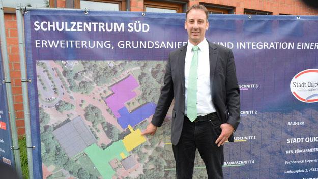 Fachbereichsleiter Helge Maurer zeigt im Plan auf den neuen Verbindungsbau (gelbe Fläche). Der nächste Bauabschnitt soll schon im Herbst in Angriff genommen werden.