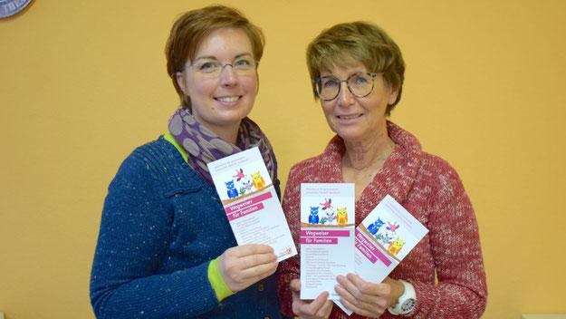 ... und hier stellen die Gleichstellungsbeauftragte Hannah Gleisner und Stadtjugendpflegerin Birgit Hesse den Wegweise im Originalformat vor