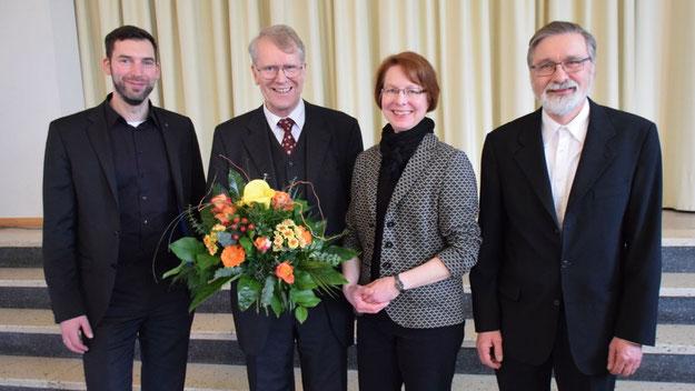 Mit einem blumigen Dankeschön verabschiedeten Pastor Florian Niemöller, Pastorin Claudia Weisbarth und Pastor Rainer Patz den langjährigen Vorsitzenden des Kirchengemeinderates.