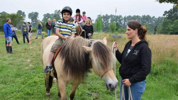 Das Glück der Erde lag auch für viele junge ausländische Mitbürger auf dem Rücken der Pferde.