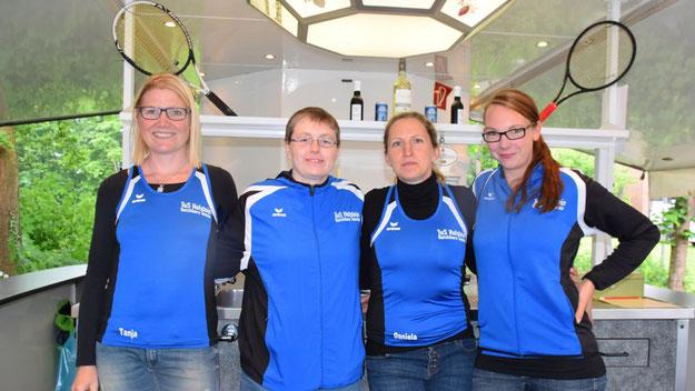"""Die Damen-Tennis-Mannschaft des TuS Holstein freute sich über die von der Tischlerei Spinzig gesponserten Outfits und servierte """"Damen-Einzel"""" (Pro-Secco) und """"Herren-Einzel"""" (Bier)"""