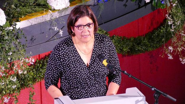 Karola Kaldenhoff, Vorsitzende des Schulelternbeirats, dankte den Lehrerinnen und Lehrern und stellte fest, dass aus schüchternen Abc-Schützen selbstbewusste junge Erwachsene geworden seien.