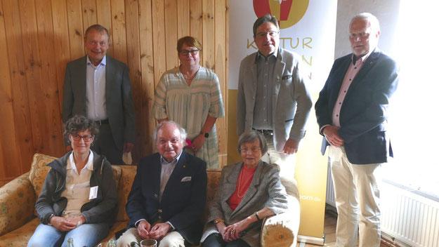 Ehrengäste mit Vorstand: Kreispräsident Helmuth Ahrens, Bürgermeister Thomas Köppl, stellvr. Bürgermeisterin Astrid Huemke (SPD) und 1. Stadtrat Bernd Weiher (CDU) (v.r.)