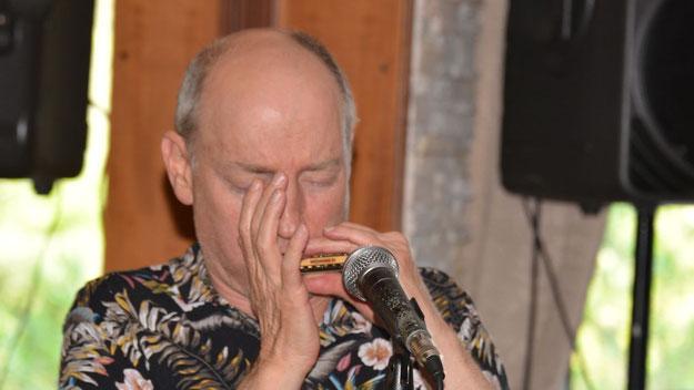 """Besonders beeindruckte Heggen mit seinem Solo """"Henrys Midnight Train"""", bei dem er mit seiner Mundharmonika eine Fahrt mit dem Dampfzug durch den Westen """"nachhörbar"""" machte"""