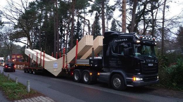Mit großen Tiefladern wurden die Holzbinder angeliefert