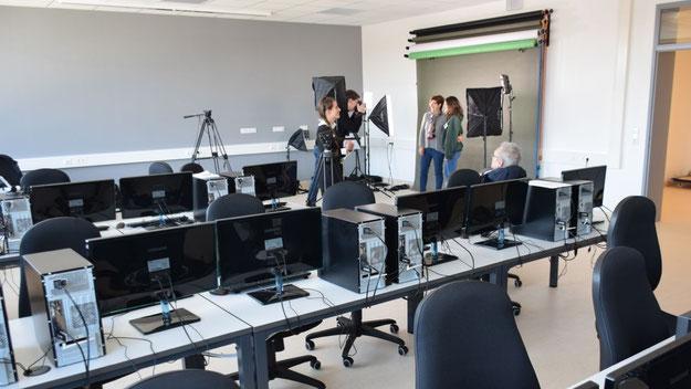 Der Computerraum bietet auch die Grundausstattung eines Foto- und Filmstudios