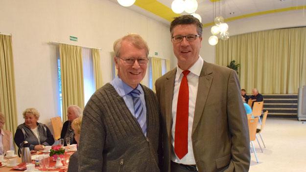 Hartmut Ermes, langjähriger Vorsitzender des Kirchengemeinderates, war von seinem neuen Wohnsitz Hamburg-Rahlstedt angereist. Hier im Gespräch mit Carsten Möller, der wegen beruflicher Belastungen seinen Sitz im Rat aufgegeben hat.
