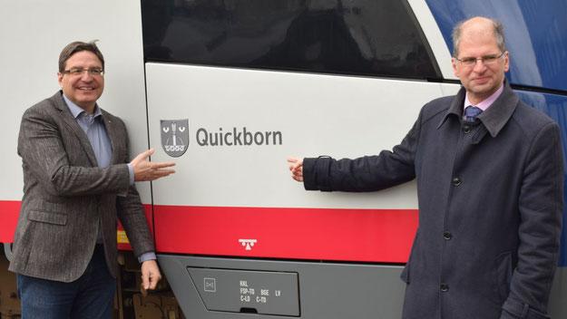 Freuen sich, dass ein AKN-Zug den Namen Quickborns durch das Land trägt: Bürgermeister Thomas Köppl (l.) und AKN-Vorstand Wolfgang Seyb