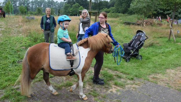 Die ganz Kleinen konnten sich auf Ponys mit dem Reiten vertraut machen.