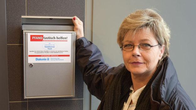 Brigitte Schulze-Mosner stellt den  Sammelkasten für die Bons vor, der direkt neben den Leergutautomaten platziert ist.