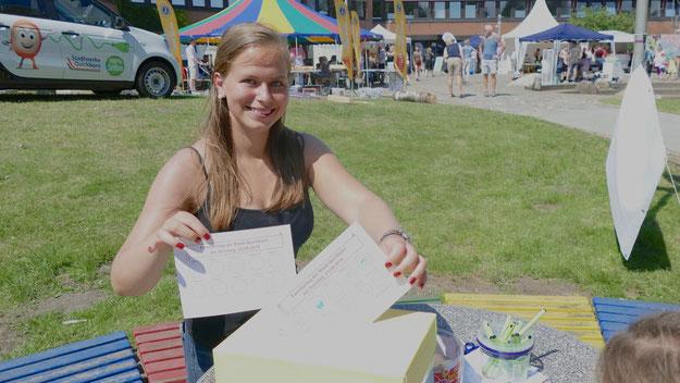 Michelle Lewien sammelte die Teilnahmescheine des Spiele-Parcours ein, der das Bobby-Car-Rennen ersetzte