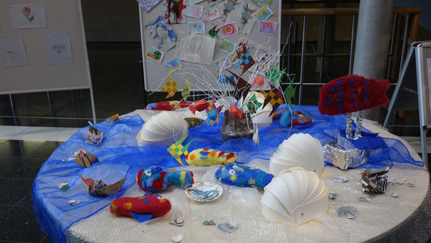 Verschiedene kleine Ausstellungen vermittelten einen Eindruck von der kreativen Arbeit der Schule