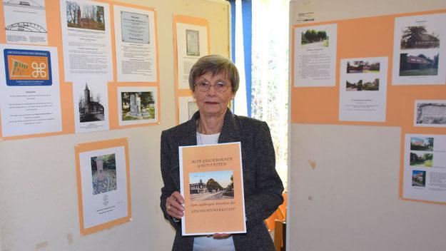 """Irene Lühdorff präsentierte mit der Geschichtswerkstatt das neue Buch """"Alte Gasthöfe in Quickborn"""" und die Ausstellung über Kulturdenkmale in der Stadt."""