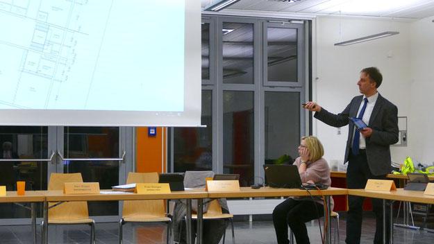 Fachbereichsleiter Helge Maurer erläuterte gemeinsam mit Bürgermeister Thomas Köppl die Pläne