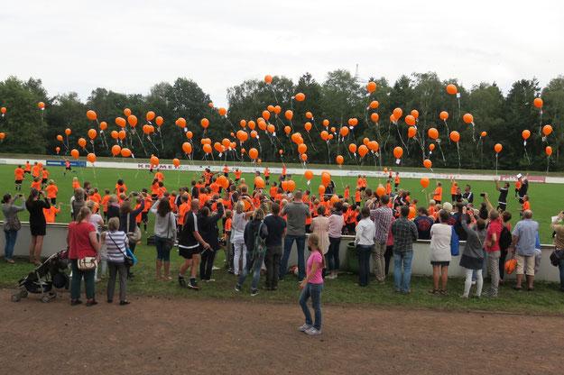 Zum 10. Jubiläum ließ jedes Fussi-Camp- Kid einen Luftballon steigen.