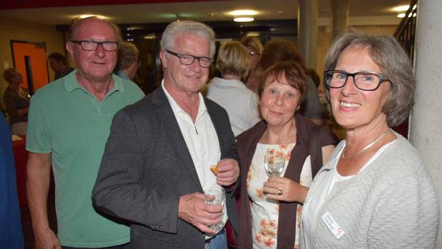 Freuten sich mit Bekannten über einen beglückenden Abend: Winnie Grambow, Pressesprecherin der Kammermusikfreunde (r.) und ihr Mann, Künstler Hans-Werner Seyboth (2. v.l.)