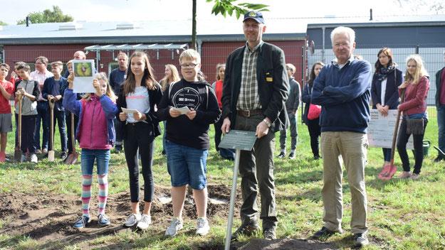 Tilda Gramann, Alicia Sommer und Lenny Schaefer informierten die Zuschauer anhand ihrer selbst recherchierten Unterlagen über den neuen Baum.