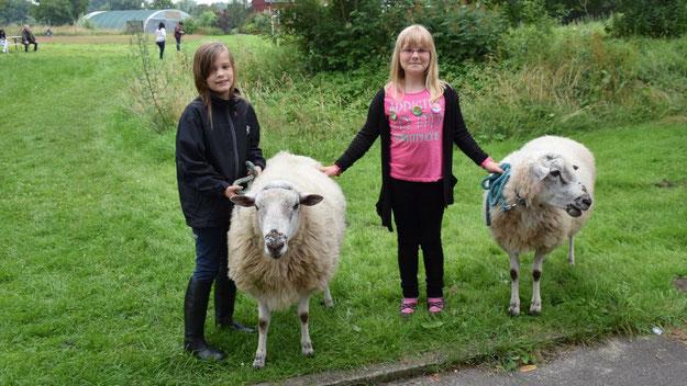 Roxane und Emilia freuten sich über die beiden Schafe, die Janine Gottschalk, Expertin für tiergestützte Therapie, aus Ellerbek mitgebracht hatte.