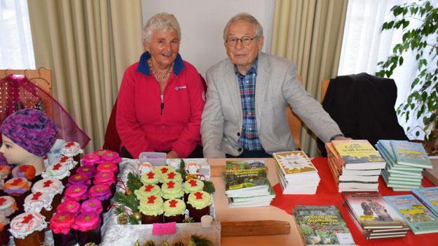 Autor Peter Jäger präsentierte seine Bücher, seine Standnachbarin Gisela Rotermund verkaufte Schmuck, Mützen und Marmeladen