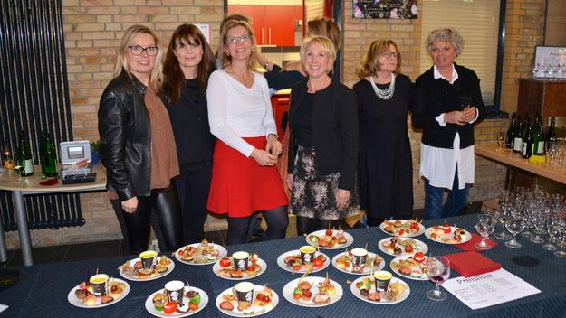 Fest in der Hand der Damen: Das Buffet mit dem leckeren Theater-Teller