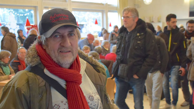 Karl-Heinz Marquardt, 1. Vorsitzender des Eulenrings, verschaffte sich bei einem Rundgang einen Überblick über den diesjährigen Weihnachtsmarkt.