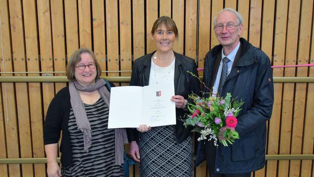 Aus der Hand von Schulrätin Adelia Schuldt erhielt die neue Rektorin Nicole Theemann ihre Ernennungsurkunde, Klaus H. Hensel gratulierte im Namen der Stadt Quickborn