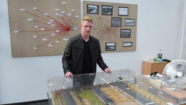 """Schülersprecher Benjamin Bräuniger gehörte zu den Initiatoren der Ausstellung """"Erinnerungsräume"""", von denen ein Exponat im Hintergrund zu sehen ist."""