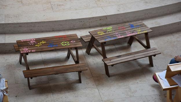 Diese Bänke schenkten die Eltern dam Kindergarten.