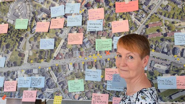 Sabine Bönning freute sich über die zahlreichen Anregungen, die an dem großen Luftfoto der Kieler Straße angebracht wurden