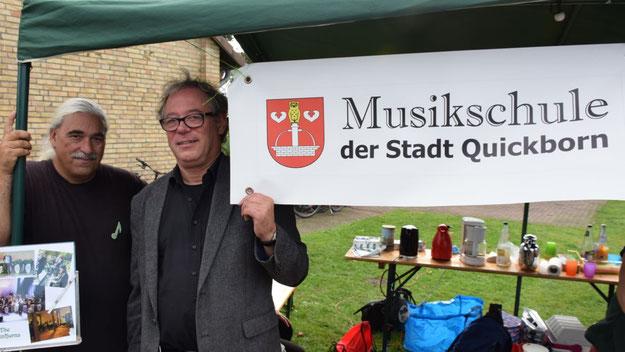 Hans-Peter Koenen mit seinen Greenhorns und Lorenz Jensen, Leiter der Musikschule, präsentierten ein buntes Musikprogramm.