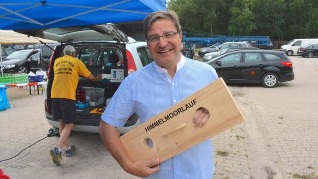 """""""Endlich hält er mal die Klappe"""", scherzte Bürgermeister Thomas Köppl  selbst, der mit diesem Gerät das Startsignal für die Läufe gab."""