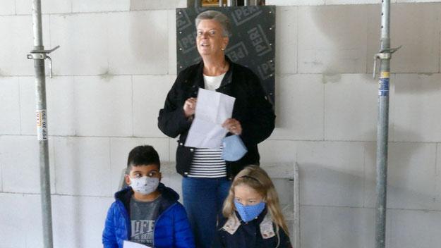 Schulleiterin Corinna Blödorn verlas den Brief des Eulenrates