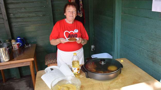 Renate Rümmler bot Kartoffelpuffer mit Apfelmus an, eine traditionelle Spezialität bei AWO-Sommerfesten.