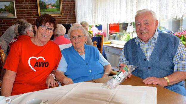 Anne Quadll und ihr Mann Heinz freuten sich über die Wurst, die ihnen Elke Schreiber als Gewinn eines kleinen Preisrätsels überreichte.