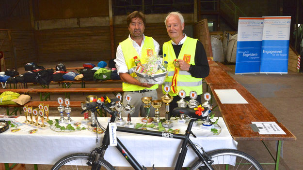 Dank zahlreicher Sponsoren konnten sich Prof. Mest und Chef-Organisator Robert Hüneburg  wieder über zahlreiche Pokale und Preise für die  Teilnehmer freuen