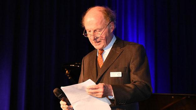 Rotarier-Präsident Rolf-Peter Dröge freute sich über ein ausverkauftes Haus, so dass der Grundstock für ein Kuratorium gelegt werden kann, das talentierte junge Künstler mit Stipemdien unterstützen soll.