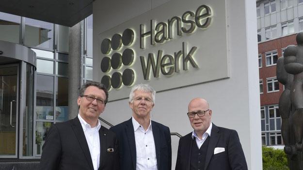 Udo Bottländer, Personalvorstand der HanseWerk AG, hieß im Namen seines Unternehmens Prof. Straubhaar und Veranstalter Tilo Herzog (v.r.) am Quickborner Unternehmenssitz willkommen.