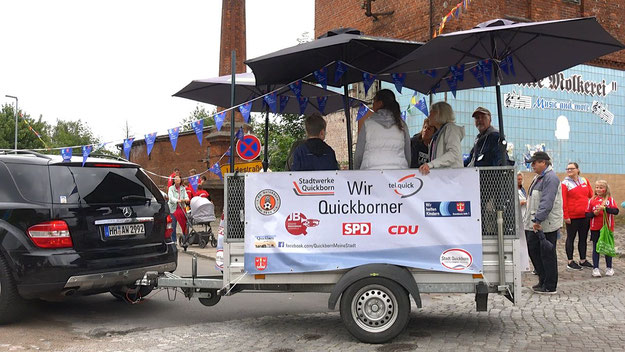 Quickborn hilft-Chef Andreas Torn chauffierte persönlich den Zugwagen für den gemeinsamen Umzugswagen der Stadtwerke Quickborn, Quickborn hilft, CDU , SPD und  FC Quickborn; mit dabei u.a. Quickborns stellvertretende Bürgermeisterin Astrid Huemke (SPD)