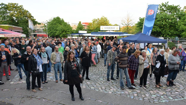Rund 600 Zuschauer kamen im Laufes des Abends auf den Rathausplatz.